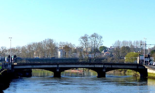 Bayonne, Pyrénées-Atlantiques:  deux ponts sur la Nive pour le thème du mois de septembre