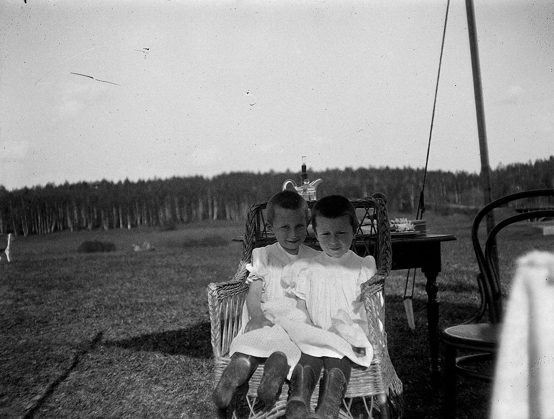 1899. 9 мая. Стрельбы в Химках.Катя и Надя Болдыревы – зрительницы на стрельбах