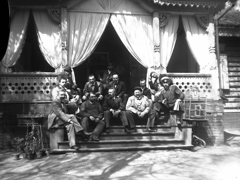1899. 9 мая. Компания участников соревнования по стрельбе на ступеньках дачи И. Д. Болдырева.1
