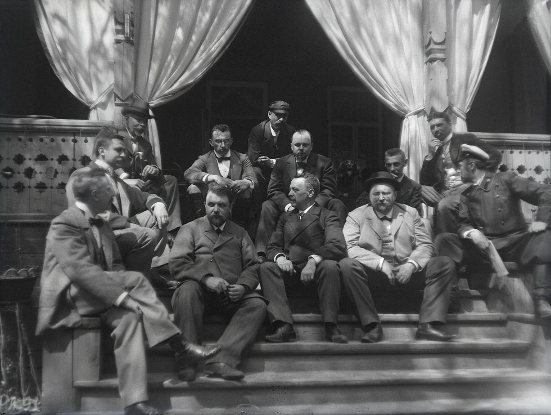 1899. 9 мая. Компания участников соревнования по стрельбе на ступеньках дачи И. Д. Болдырева.