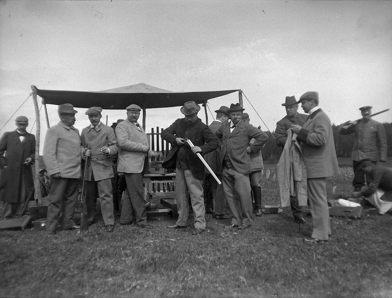 1899. 30 мая. Стрельбы в Химках. Мужчины готовятся к стрельбам