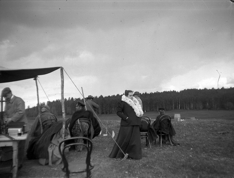 1899. 30 мая. Стрельбы в Химках. Е. Г. Болдырева и зрители на стрельбах
