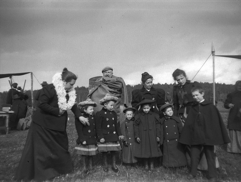 1899. 30 мая. Стрельбы в Химках. Дети и взрослые (Болдыревы с дочками и другие)