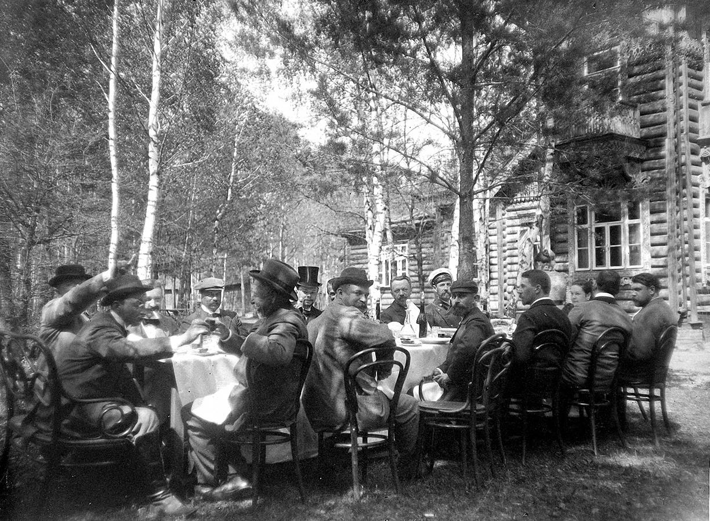 1899. 9 мая. Застолье. Участники соревнования по стрельбе за обедом на даче И. Д. Болдырева.1