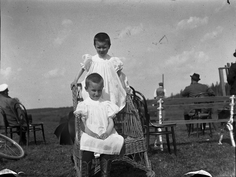 1899. 9 мая. Стрельбы в Химках. Катя и Надя Болдыревы на стрельбах