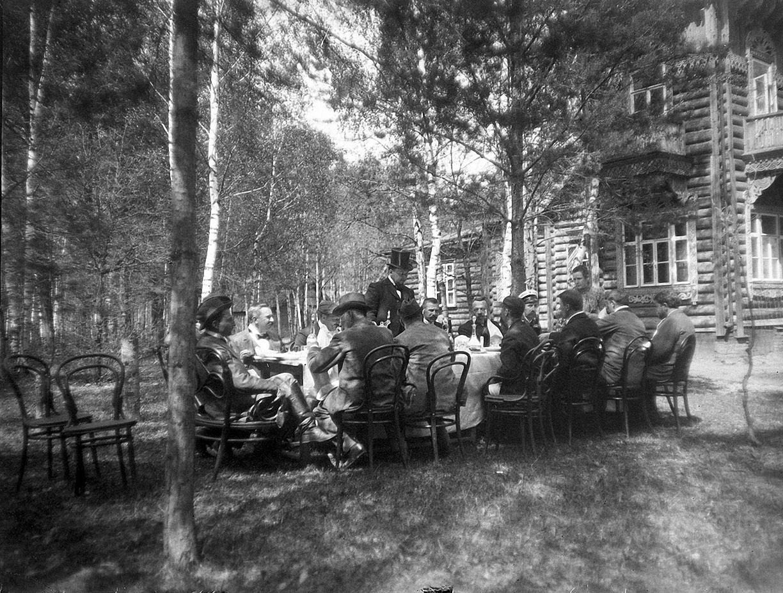 1899. 9 мая. Застолье. Участники соревнования по стрельбе за обедом на даче И. Д. Болдырева.