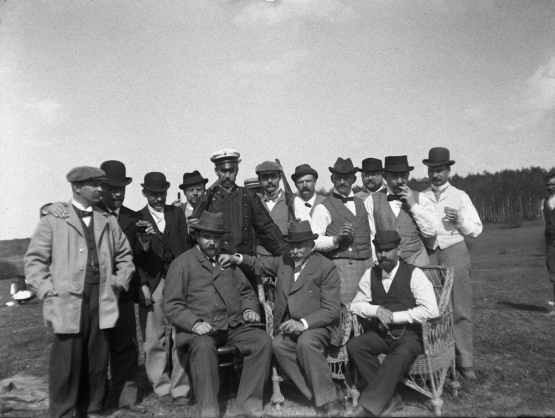 1899. 9 мая. Групповое фото участников соревнований по стрельбе