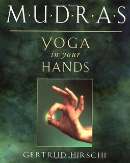 Mudras: Yoga in Your Hands - Gertrud Hirschi
