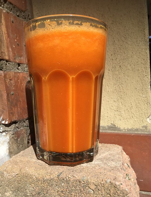 Orange smoothie with carrots, ginger and gojiberries