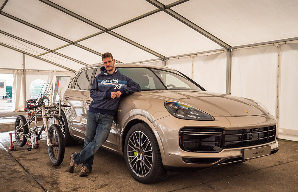 70953bf2-porsche-cayenne-turbos-bicycle-record-01