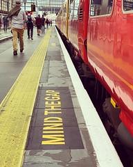 Mind the gap between the train and the platform Nunca jamás me cansaré de caminar una ciudad como Londres y sonreirme cuando escuche su famosa frase para tener cuidado en el :oncoming_train: o :train2: #london #mindthegap