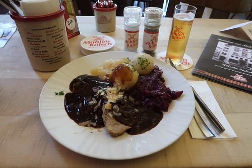 Rheinischer Sauerbraten mit Rosinensoße, Rotkohl, Kartoffelklößen und Apfelkompott