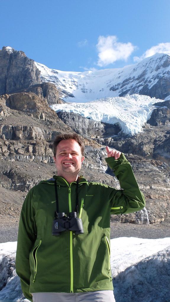 Alex desde el Athabasca glacier señalando el Andromeda glacier