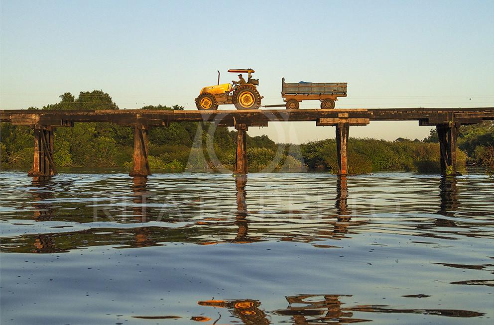 Trator sobre Ponte no Rio Negro