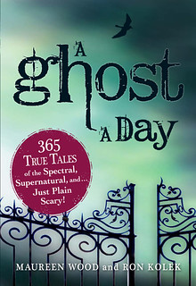 A Ghost a Day: 365 True Tales of the Spectral, Supernatural, and Just Plain Scary! - Wood Maureen, Kolek Ron