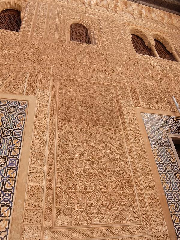 Альгамбра - Дворец Насридов - Орнамент во дворе Золотой комнаты