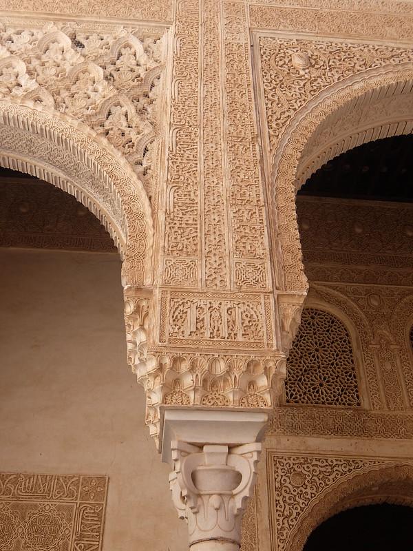 Альгамбра - Дворец Насридов - Колонна во дворе Золотой комнаты