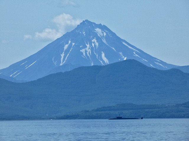 Submarino nuclear ruso en la Bahía de Avacha (Kamchatka). De fondo el volcán Vilyuchinsky