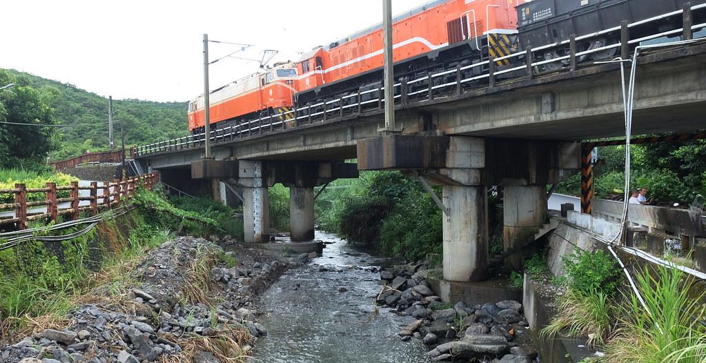 宜蘭鐵路通過梗枋溪,工程護民眾安危之餘,也要護生態。攝影:陳文姿
