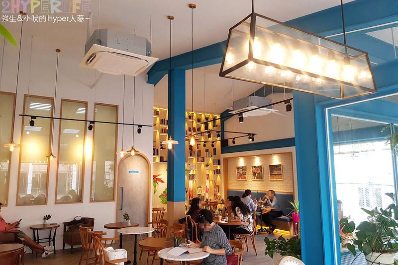48681160938 bfc88a2530 c - 用藍與白構築的日青咖啡,內外都有美美的彩繪牆~有好喝咖啡之外還有販賣麵包與果醬呦!