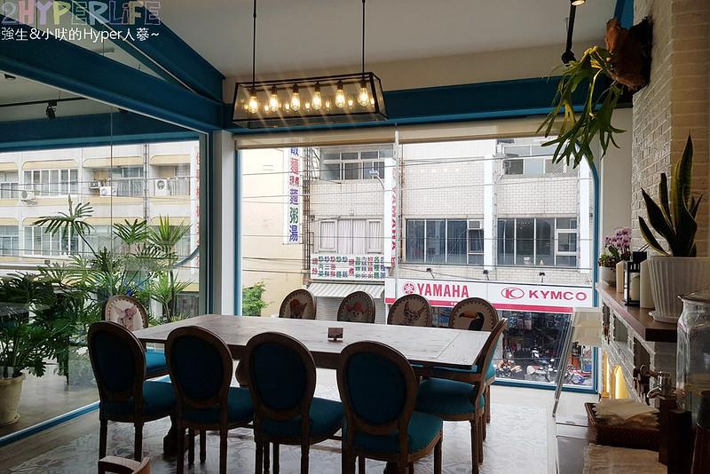48681500571 003d76dbc6 c - 用藍與白構築的日青咖啡,內外都有美美的彩繪牆~有好喝咖啡之外還有販賣麵包與果醬呦!