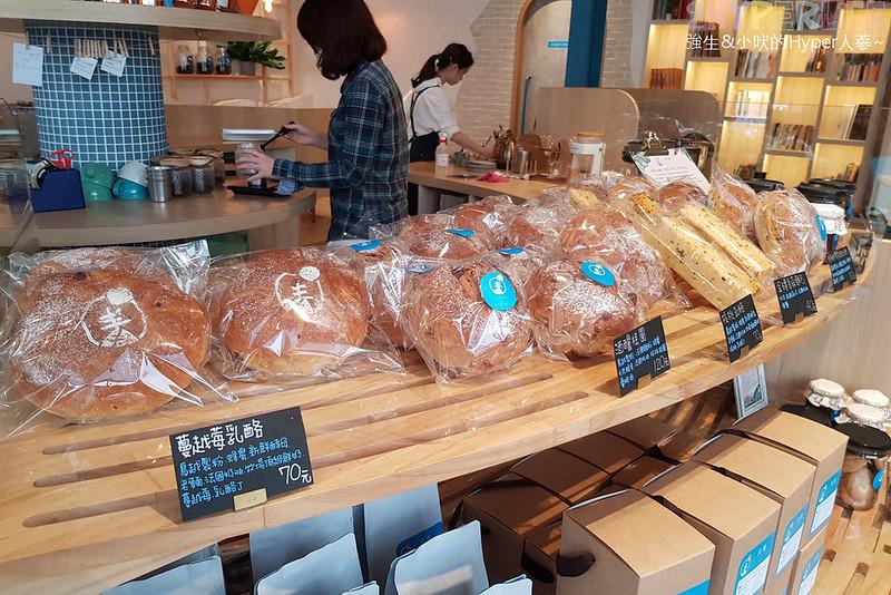 日青咖啡│用藍與白構築的彩繪咖啡館,環境美美噠咖啡也好喝!還有販賣麵包與果醬呦~ @強生與小吠的Hyper人蔘~