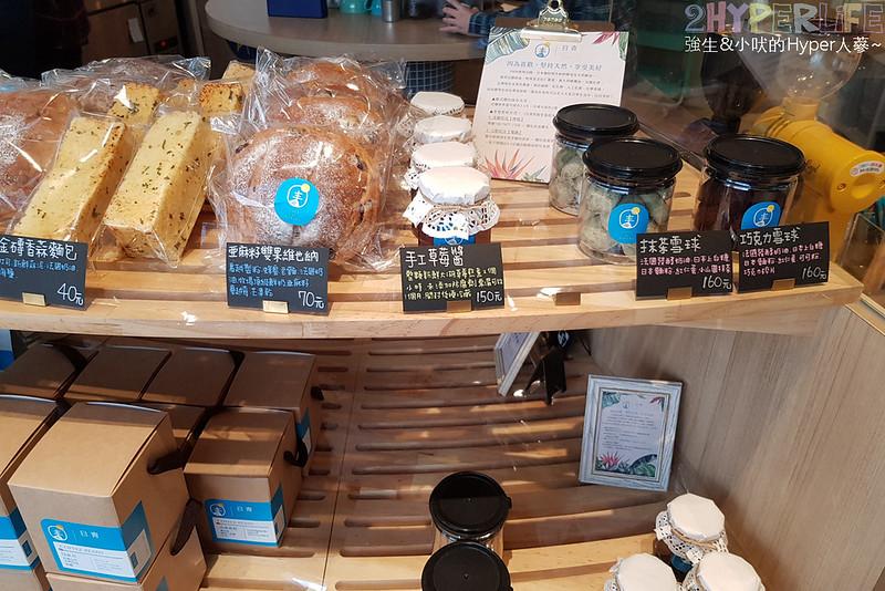48681500986 9f5367d3c9 c - 用藍與白構築的日青咖啡,內外都有美美的彩繪牆~有好喝咖啡之外還有販賣麵包與果醬呦!
