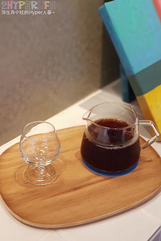 48681501201 2003017fa9 c - 用藍與白構築的日青咖啡,內外都有美美的彩繪牆~有好喝咖啡之外還有販賣麵包與果醬呦!