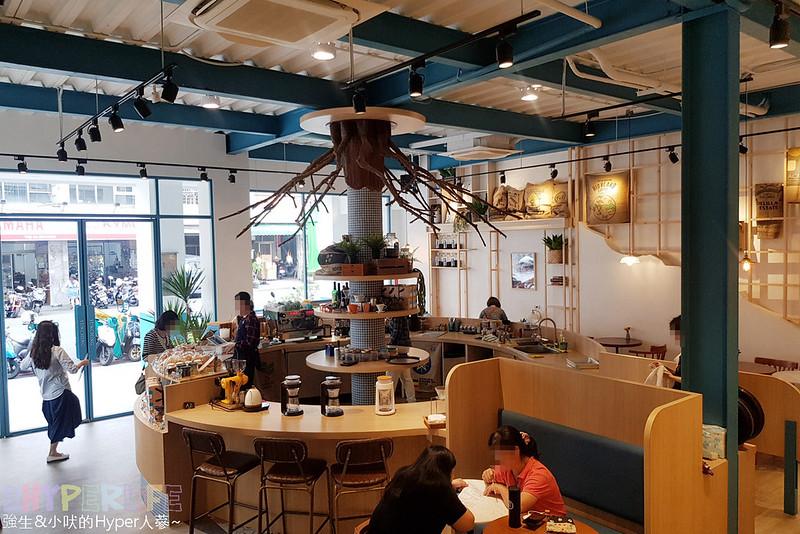 48681670047 9da342e299 c - 用藍與白構築的日青咖啡,內外都有美美的彩繪牆~有好喝咖啡之外還有販賣麵包與果醬呦!