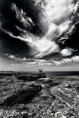 Rocas, mar y nubes