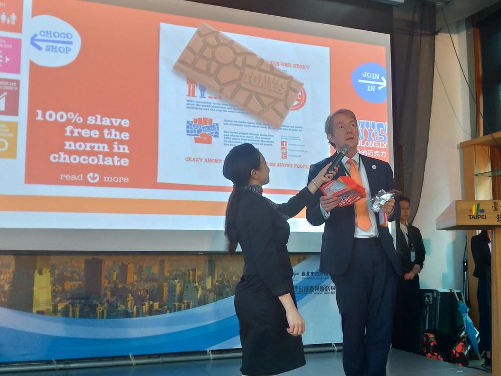 荷蘭貿易暨投資辦事處代表紀維德拿出荷蘭近年最暢銷的「公平貿易巧克力」。孫文臨攝