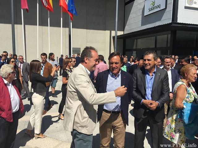 Juan Manuel Gómez, presidente de CONFAES, departe con el alcalde de Salamanca, Carlos García Carbayo.