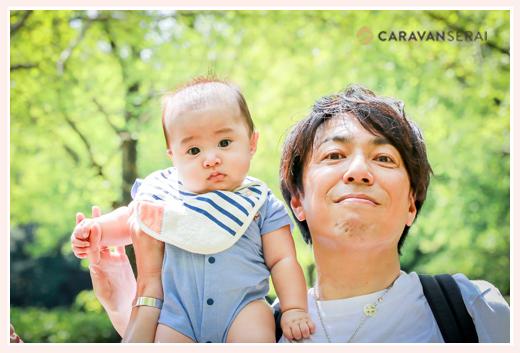 4か月の赤ちゃんを肩車するパパ 公園にて