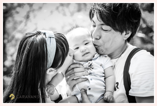 パパとママが赤ちゃんをはさんでキス♡