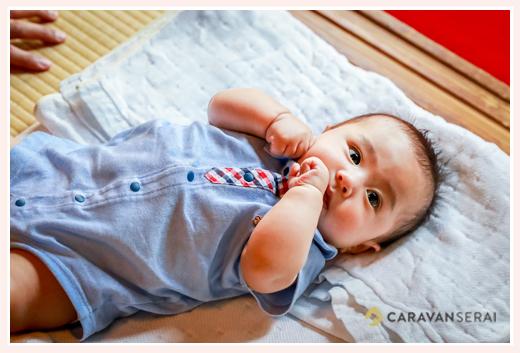 4か月の男の子赤ちゃん 夏のロンパースを着て