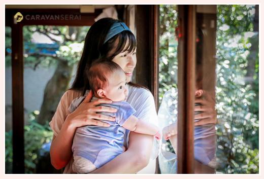 ママに抱っこされる4か月の男の子赤ちゃん お食い初めの儀式の出張撮影