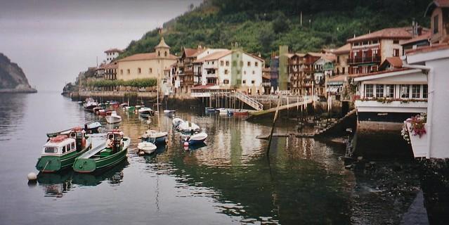 Le village et les pentes du Jaizkibel, Pasai Donibane, Pasaia, Guipuscoa, Pays Basque, espagne.