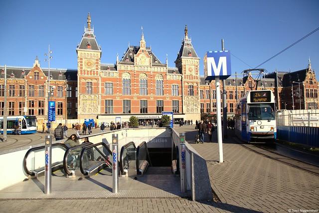 Der Bahnhofsvorplatz Amsterdam Centraal 6.02.15
