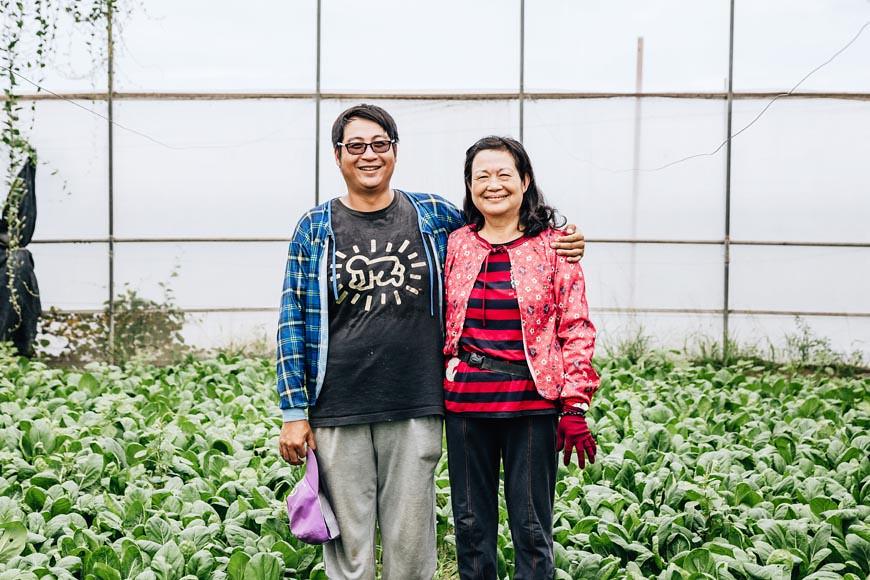 鄭文苑與母親張未(圖右),一個播種、施肥、整地,一個負責採收、剪枝,倆人在農園裡總是合作無間,默契十足。