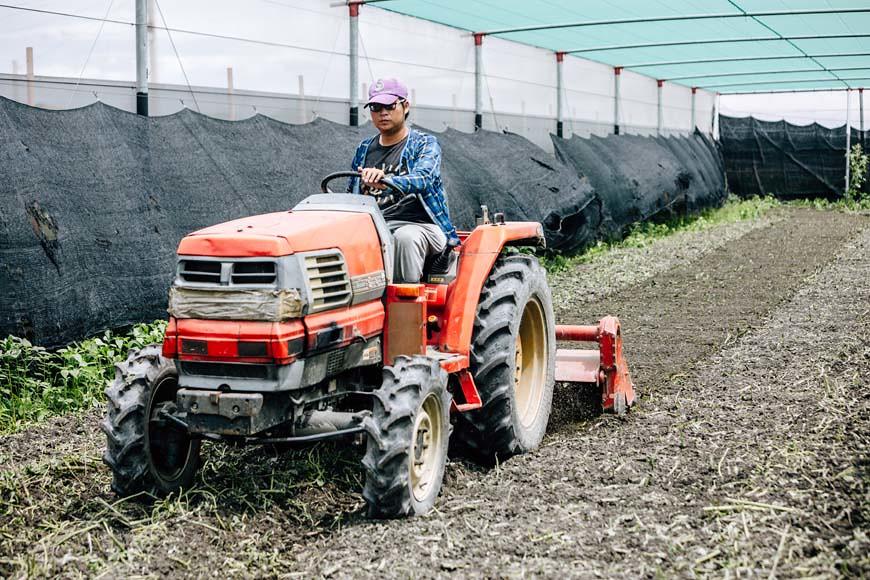 ①駕駛曳引機翻土,可增加土壤孔隙儲水、抑制雜草種子、病菌孢子、害蟲卵塊等生長繁育