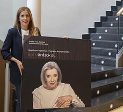 La concejala de Cultura, Beatriz Gámiz, con el cartel del programa.