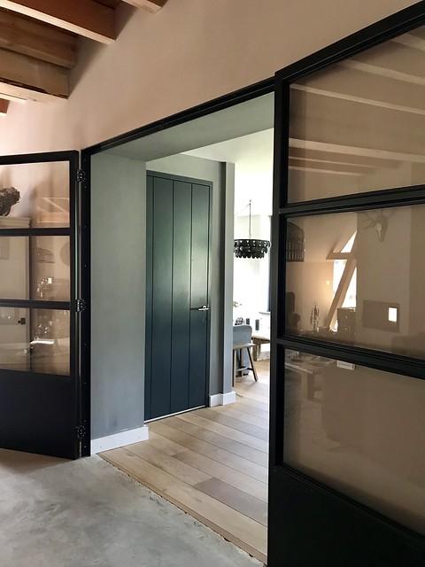Zwarte deuren met glas woonboerderij