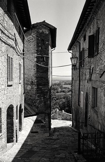 Alley in Cetona, Tuscany. (35mm Kodak Tri-X 400 in Finol)
