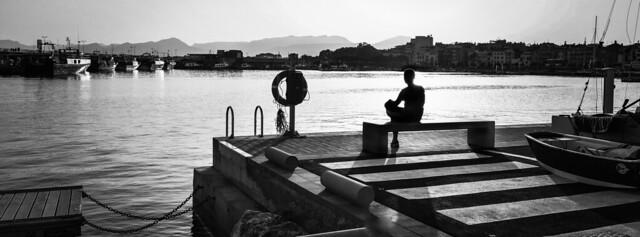 Los inteligentes disfrutan de su soledad. Los demás la llenan con cualquier persona.
