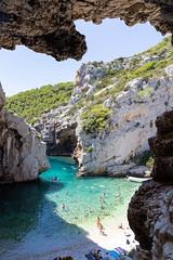 Klippen an der Bucht Stiniva auf der Insel Vis, Kroatien