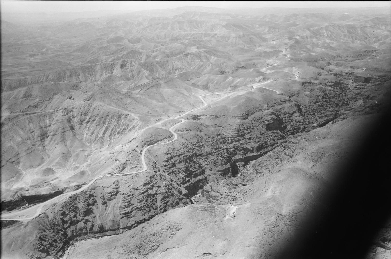 07. Воздушный маршрут по старой дороге Иерусалим-Иерихон. Иерихонская дорога. Крутой подъем с равнины. Вид через ущелье Черит