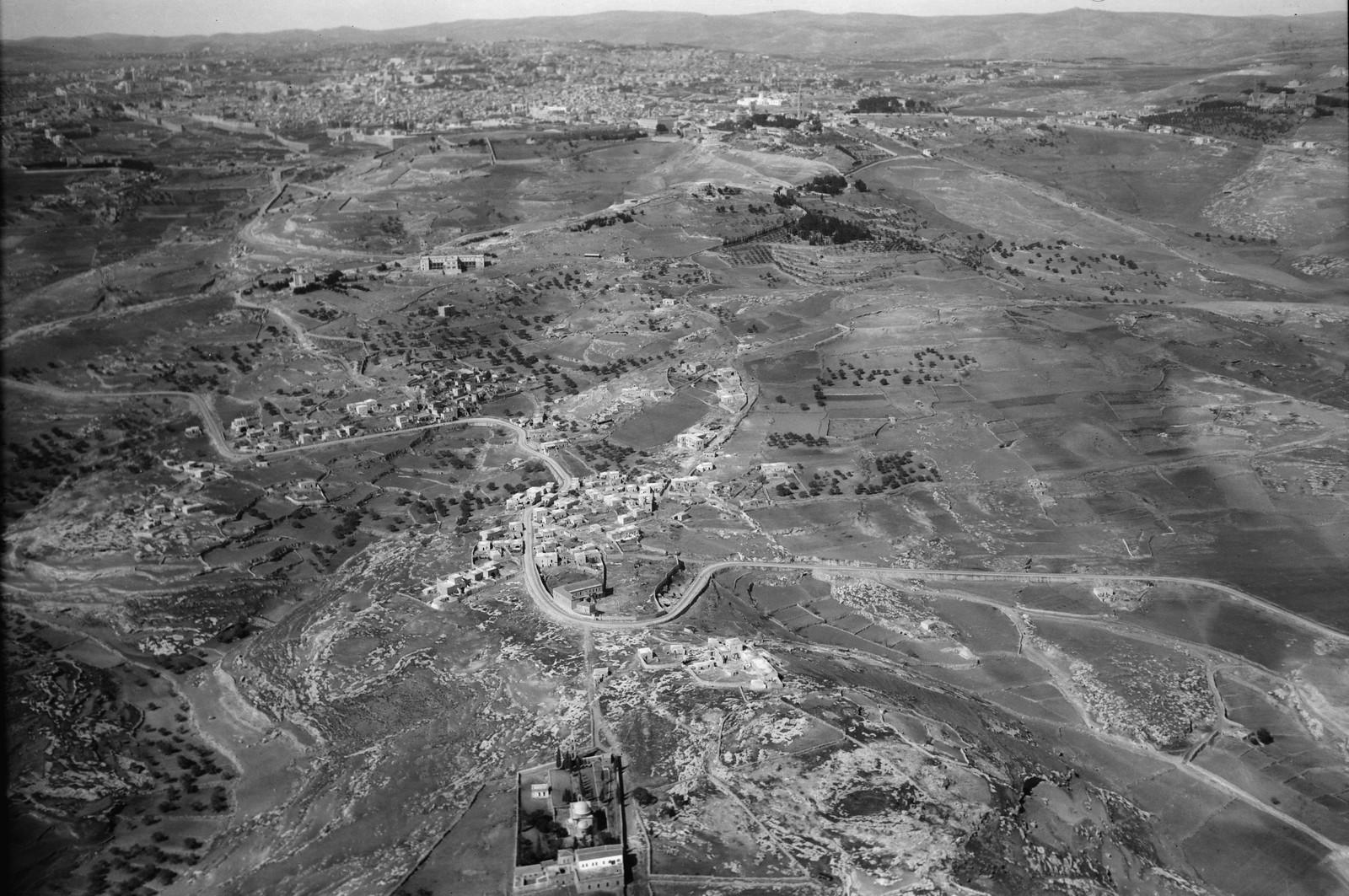 02. Воздушный маршрут по старой дороге Иерусалим-Иерихон. Вифания. Видна Иерихонская дорога, проходящая через город