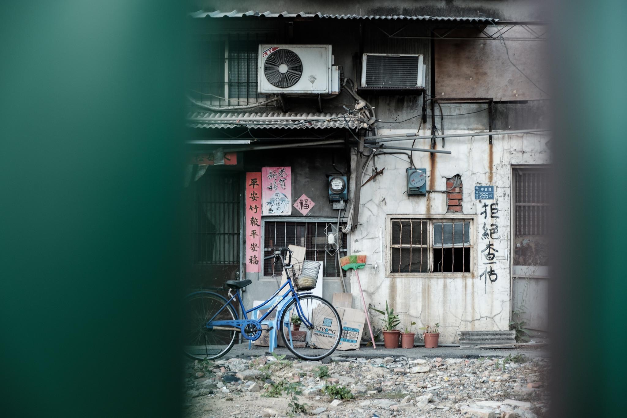 陳家表示,高雄市政府已開始拆除重劃案西側範圍,附近居民不得進入,位於東側的陳家也岌岌可危。(攝影:唐佐欣)