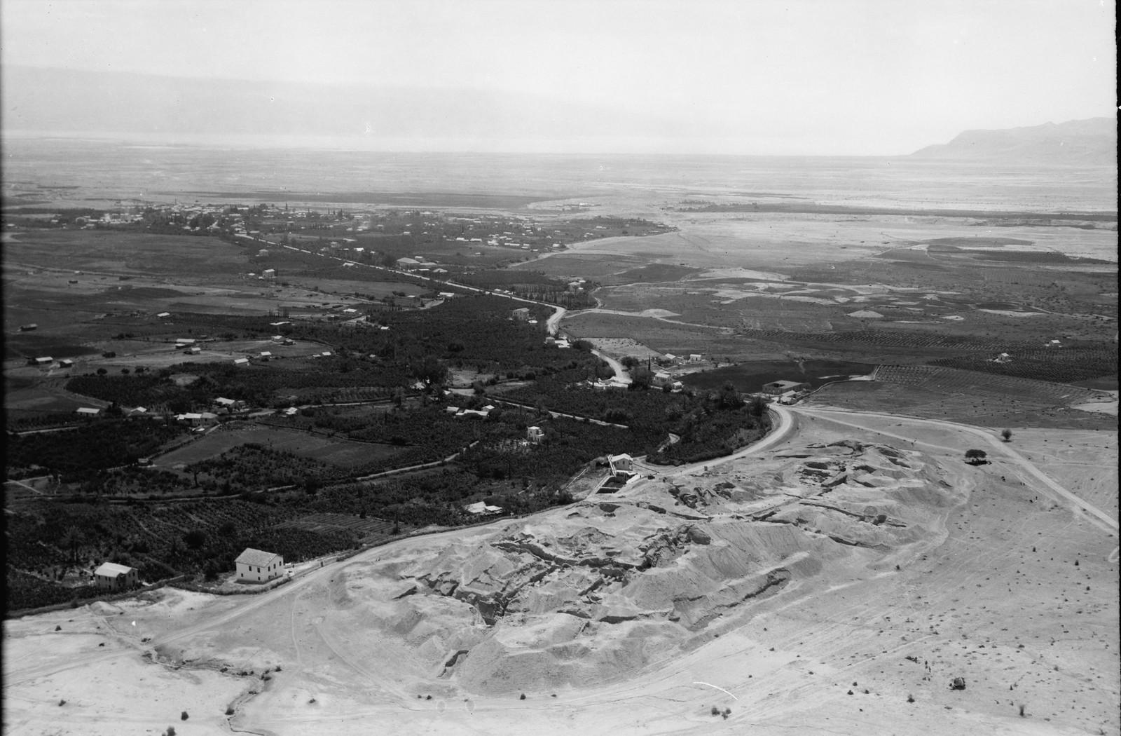 11. Воздушный маршрут по старой дороге Иерусалим-Иерихон. Курган древнего Иерихона. Вид на юг, современный Иерихон на расстоянии