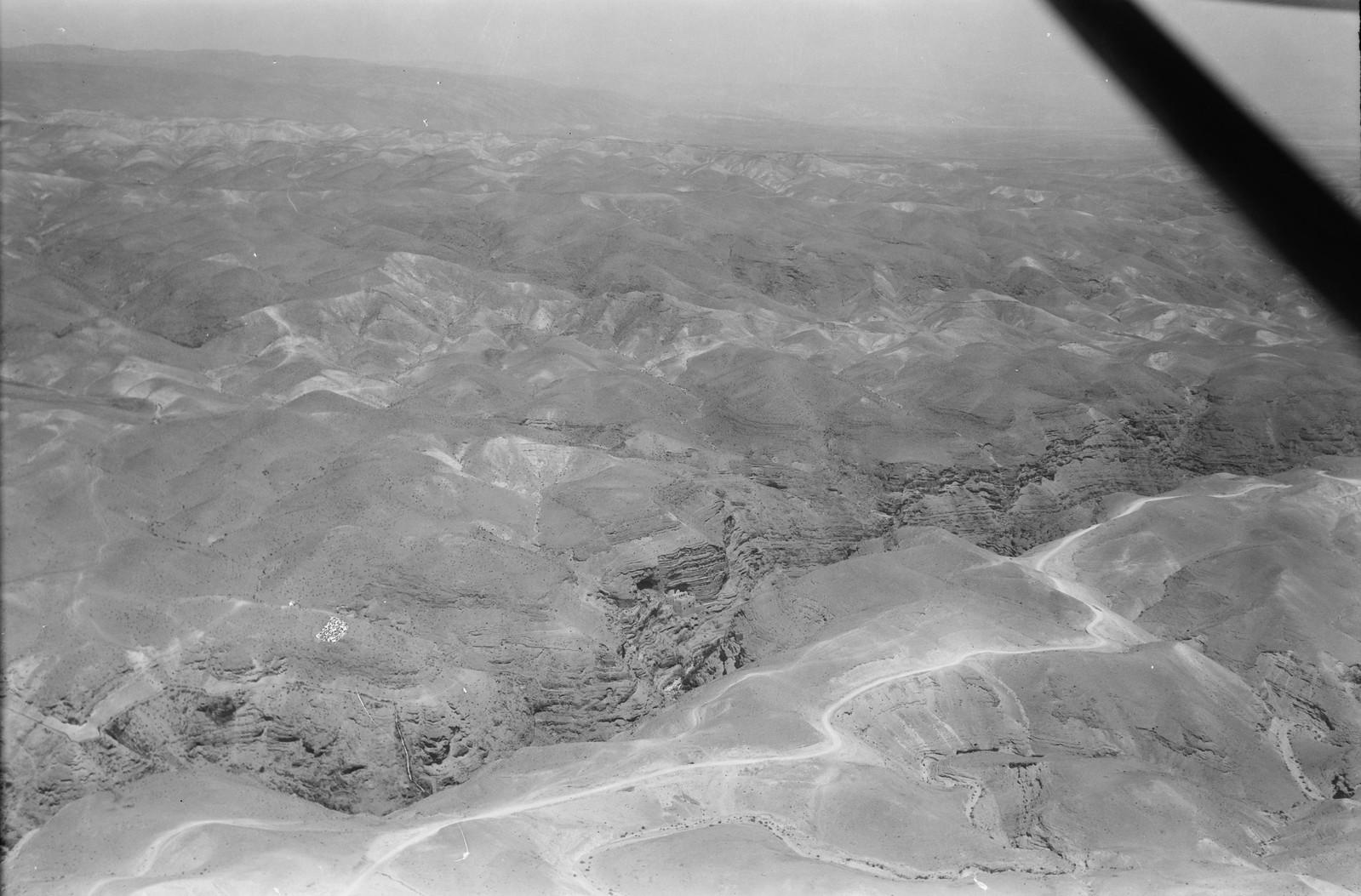 09. Монастырь Георгия Хозевита в Иудейской пустыне. Иерихонская дорога на переднем плане